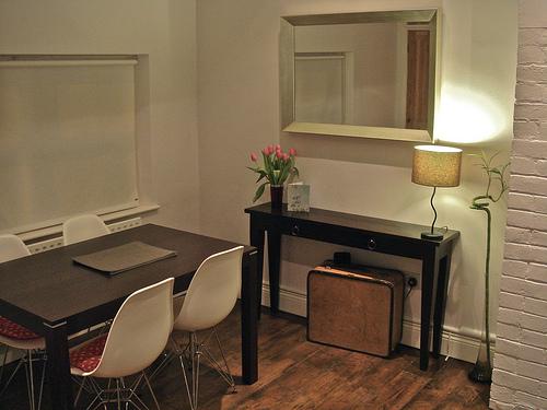 Cermin Dinding Di Ruang Makan