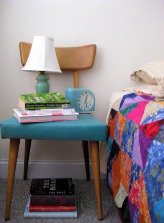 kerusi sebagai meja sisi katil