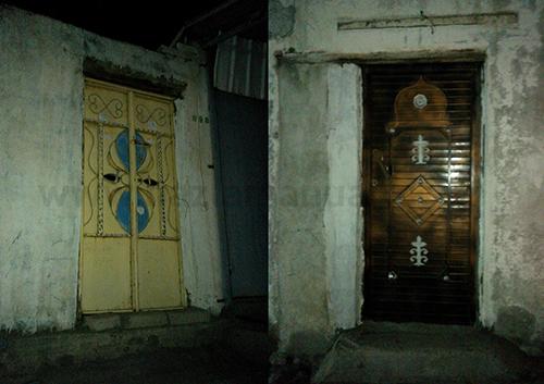 Pintunya yang terserlah berbanding dinding rumah yang biasa.