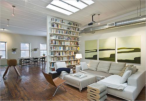 Pengadang (rak buku) antara ruang tamu dan ruang makan