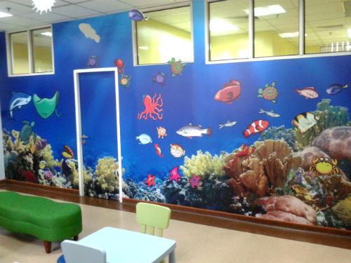 Mural hidupan laut di dinding perpustakaan mini PPUKM