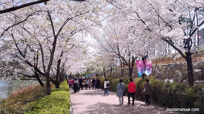 Seokchon lake walking path