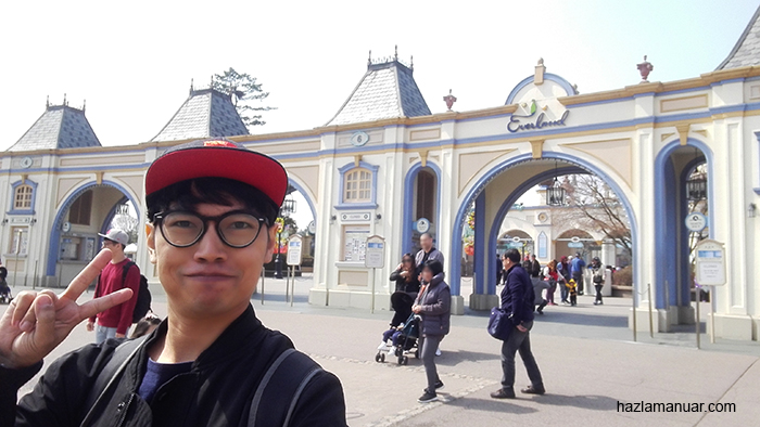 Writer at Everland entrance