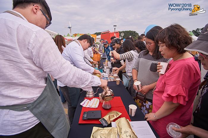 Gangneung Coffee Festival dengan pengunjung mencuba kopi